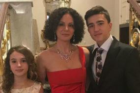 Пользователи сети осудили вдову Хворостовского за выход в свет в алом платье и с улыбкой на лице
