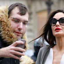 Анджелину Джоли фотографы засняли крупным планом во время посещения любимого магазина в Париже